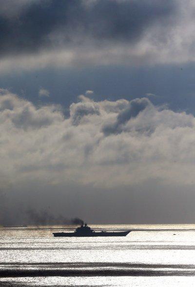 俄國航空母艦庫茲涅佐夫號21日通過多佛海峽,多佛海峽為英吉利海峽最狹窄處。(美聯社)