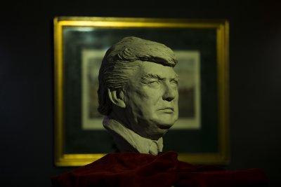 西班牙一家蠟像館,美國總統當選人川普的蠟像。(美聯社)
