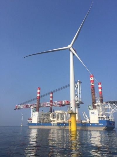 經濟部李世光部長今(5)日上午前往苗栗竹南視訪台灣首座離岸風力發電機,並聽取業者上緯新能源公司蔡朝陽董事長的簡報。(取自經濟部)