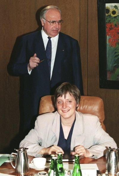 德國前總理柯爾與時任婦女青年部部長的梅克爾。(美聯社)
