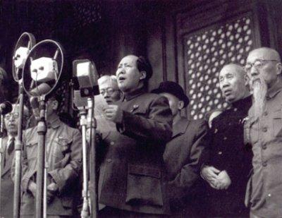 中國共產黨中央委員會主席毛澤東(中)宣布成立中華人民共和國(翻攝維基百科)