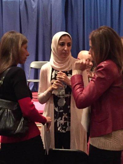 一名女性組長在晚會上耐心聆聽與會者分享心聲。(圖/姐妹會臉書)