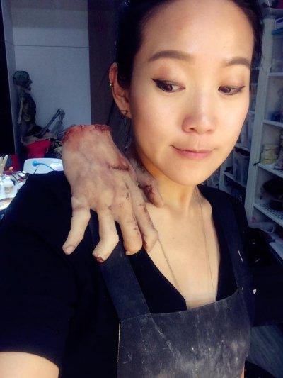 程薇穎外型亮麗,與恐怖的特殊道具放在一起顯得格外突兀。(圖/Zoe Cheng 程薇穎特效化妝 臉書專頁)
