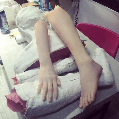 程薇穎的工作室中處處可見人體四肢,誤闖進可會嚇一大跳。(圖/Zoe Cheng 程薇穎特效化妝 臉書專頁)