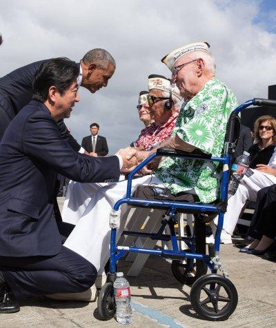 美國總統歐巴馬與日本首相安倍晉三27日連袂造訪珍珠港,與「珍珠港事件」的倖存老兵寒暄、握手致意。(白宮臉書)