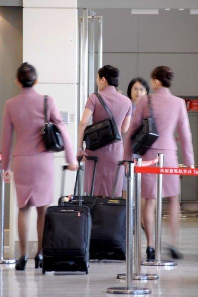 空姐總是穿著光鮮亮麗的制服,是許多人夢寐以求的工作。(圖/jsloswewe@flickr)