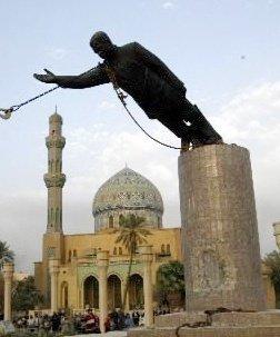 美軍攻入巴格達後,拉下矗立在市內的海珊銅像。(圖/維基百科公有領域)