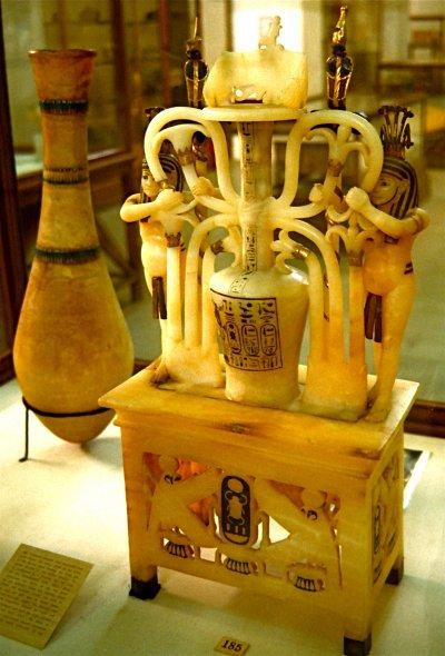 圖坦卡門之墓發現的陪葬品,象徵上埃及與下埃及結合的石膏罐。(圖/Carsten Frenzl @wikipedia)