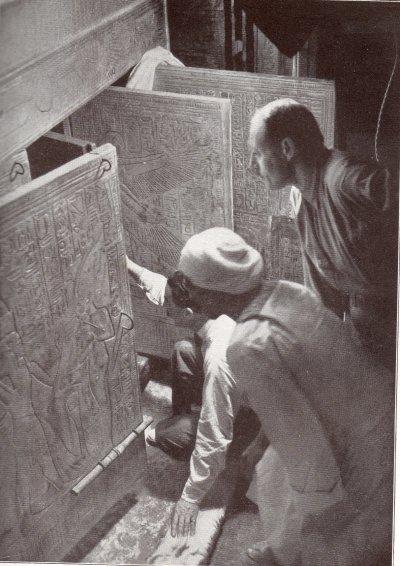 卡特與卡納芬伯爵曾在記者要求下重現打開墓門的那一刻。(圖/Harry Burton@wikipedia)