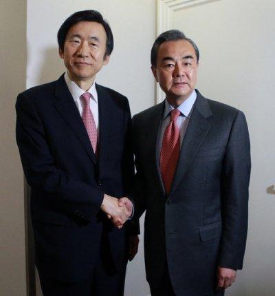 中國外交部長王毅與南韓外交部長尹炳世2月曾就薩德項目針鋒相對。(新華社)