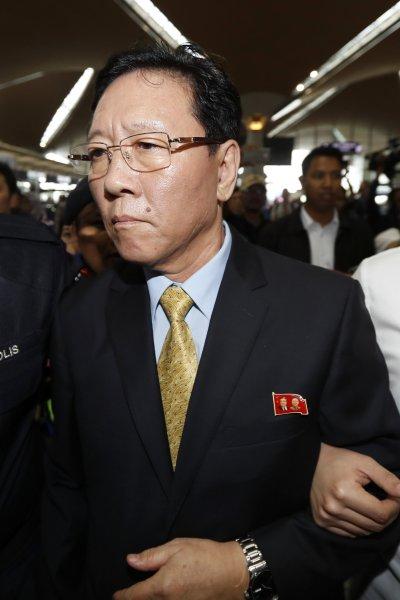北韓駐馬來西亞大使姜哲6日出現在吉隆坡機場。(美聯社)