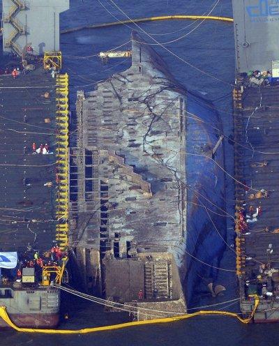 2014年4月16日沉沒的南韓渡輪「世越號」,2017年3月24日打撈工作告一段落,罹難者家屬相擁痛哭。(美聯社)