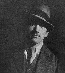 日本知名導演小津安二郎,戰後拍攝的題材多以一般庶民日常生活為主,低視角仰視拍攝方式獨樹一格。(取自維基百科)