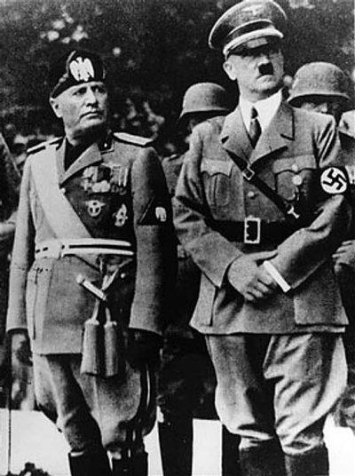墨索里尼(左)與希特勒。(維基百科公有領域)