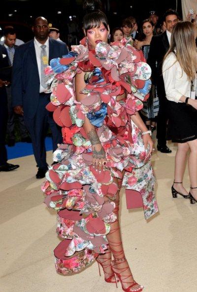 歌星蕾哈娜參加2017 Met Gala 慈善晚會的禮服完全切合今年的活動主題:川久保玲 Comme des Garcons 出品的時裝。(BBC中文網)