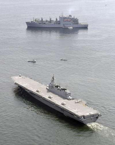 日本自衛隊的出雲號護衛艦開始護衛美軍勤務。(美聯社)