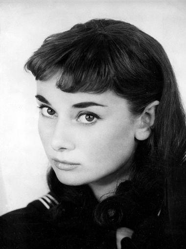 赫本於1951出演的音樂劇《金粉世界》(Gigi)女主角。(圖/維基百科公有領域)