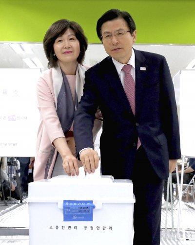 南韓代總統黃教安與夫人一起投下總統選票。(美聯社)