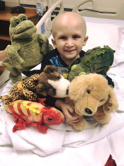 即便被困在病床上,Nolan始終保持笑容,不讓家人擔心。(圖/NolanStrong@Facebook)