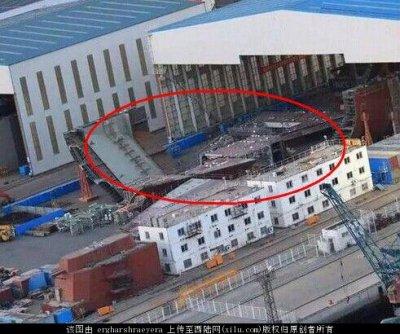 大連造船廠的乾船塢內出現疑似航母分段。