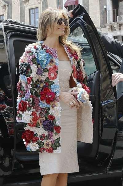 美國第一夫人梅蘭妮亞陪丈夫川普出訪,她在陽光普照的西西里島穿上豔麗織花外套,要價5萬1000美元(約新台幣153萬元)。(AP)