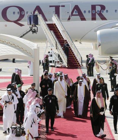 沙烏地阿拉伯國王薩勒曼2015親迎卡達埃米爾(國家元首)塔米姆(中左)。(美聯社)