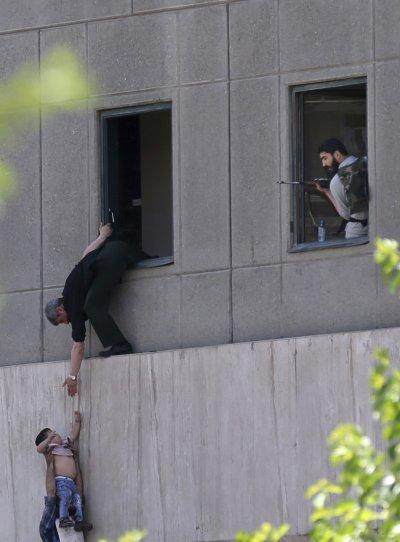 伊朗國會7日遭槍手闖入,警方與革命衛隊趕往現場。(美聯社)