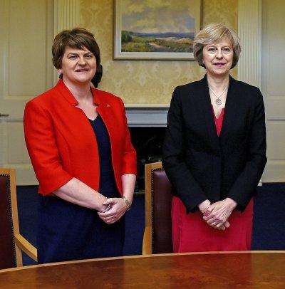英國首相梅伊與北愛爾蘭「民主統一黨」黨魁佛斯特(左)(美聯社)