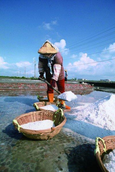 南寮鹽田生態文化村之曬鹽。(圖/天下雜誌提供)