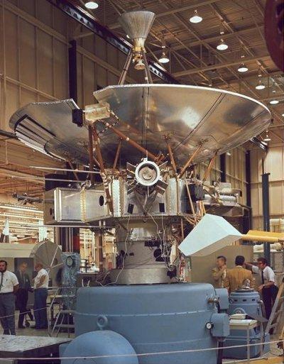 「先驅者10號」建造的過程。(NASA Ames Research Center@wikipedia/public domain)