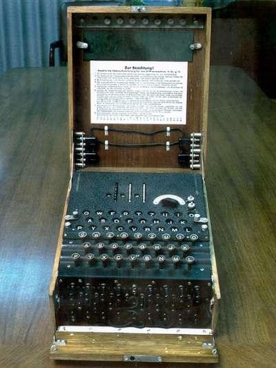 一台德國軍用三旋轉盤恩尼格瑪密碼機的接線板、鍵盤、顯示板和旋轉盤。(Jszigetvari@wikipedia/public domain)