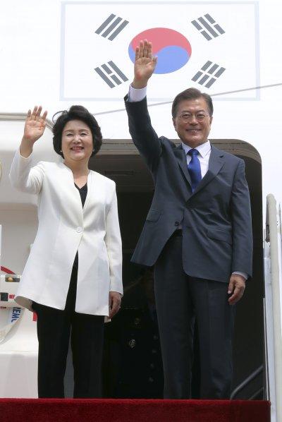 南韓總統文在寅(右)與夫人金正淑登上飛機,準備訪美(AP)