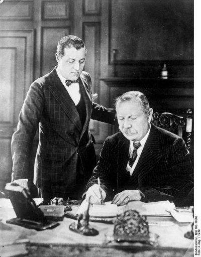 1930年,柯南.道爾(右)與小兒子艾德里安(Bundesarchiv, Bild 102-10068@Wikipedia/CC BY-SA 3.0 de)