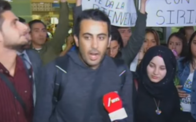 穆罕默德(中)與妻子哈珊(右)抵達墨西哥時,接受訪問(取自YouTube)