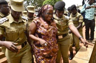 烏干達學者尼安琪(中)因批評穆塞韋尼而被逮捕。(美聯社)