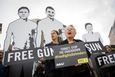 抗議者聚集在在歐盟執委會大樓對面的舒曼圓環,要求茉格里尼向土耳其外交部長提出土國人權鬥士被囚禁的問題(國際特赦組織)