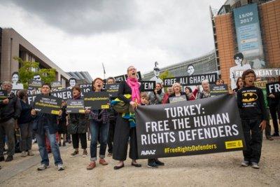 數十名抗議者聚集在在歐盟執委會大樓對面的舒曼圓環,要求茉格里尼向土耳其外交部長提出土國人權鬥士被囚禁的問題(國際特赦組織)