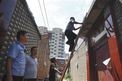 天津警方準備爬入傳銷組織躲藏地點。(新華網)李文星之死