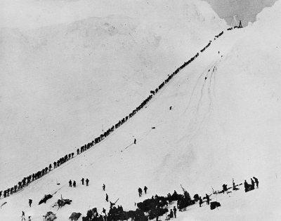 排隊通過隘口的淘金客。(維基百科公有領域)