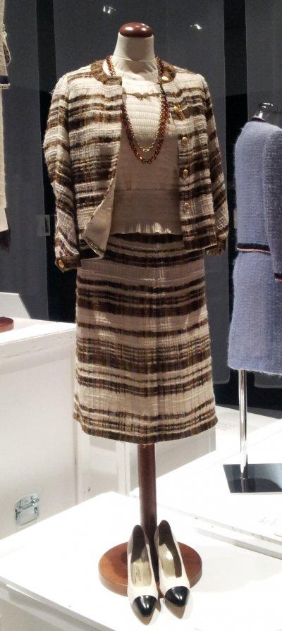 1965年,香奈兒店鋪裡販售的套裝與絲質上衣(Mabalu@Wikipedia/CC-BY-SA-4.0)