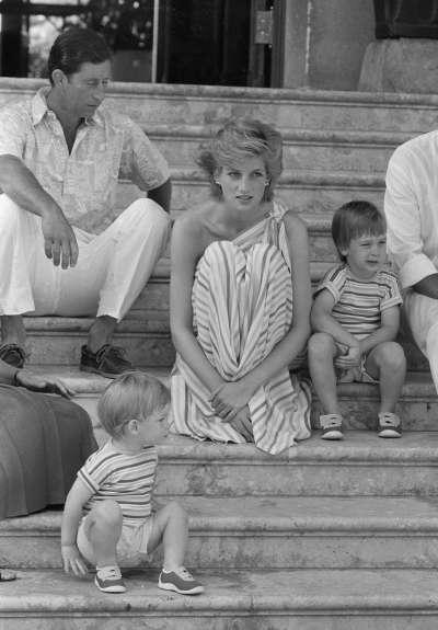 英國黛安娜王妃、查爾斯王子、威廉王子、哈利王子的全家福,攝於1986年7月9日(AP)