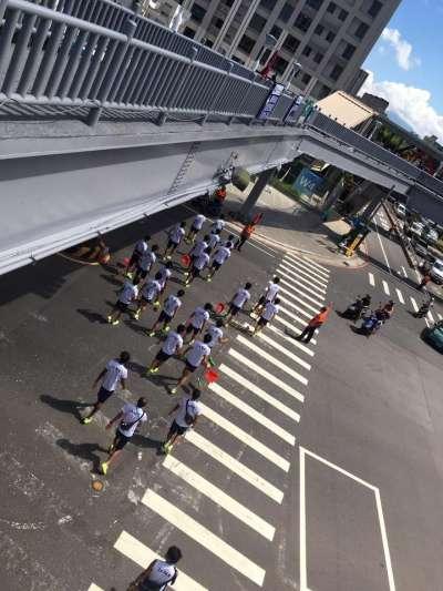 蔡淑君29日上午在社群網站臉書貼出照片表示:「很棒!外國選手們,現拿著掃把畚箕,自發性到林口社區運動公園整理環境。」(取自蔡淑君臉書)