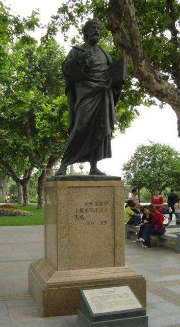 中國杭州西湖邊的馬可波羅雕像。馬可波羅在遊記裡稱杭州是「世上最美麗華貴之天城」(Captmjc@Wikipedia/CC BY-SA 3.0)
