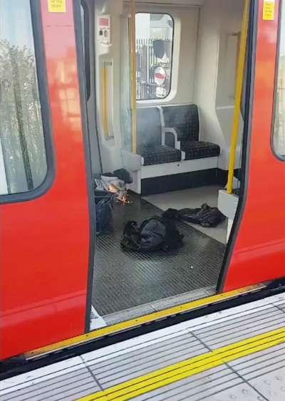 英國倫敦地鐵帕森綠地站15日發生恐攻爆炸,可以見到白色塑膠桶正在燃燒(AP)