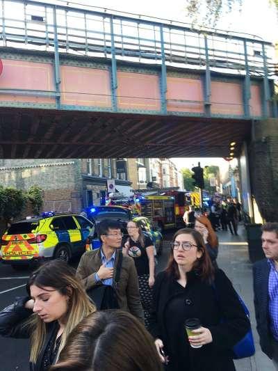 英國倫敦地鐵帕森綠地站15日發生恐攻爆炸,乘客驚慌逃出車站(AP)