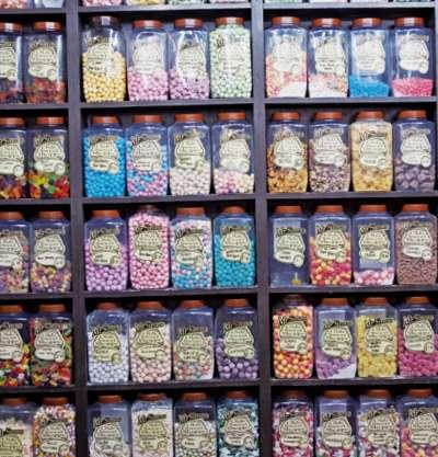 走進哈利波特風糖果店 Mr Simms Olde Sweet Shoppe。(圖/麥田出版提供)