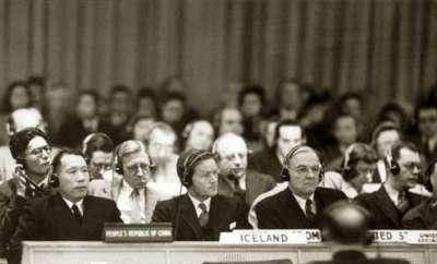1950年,「中華人民共和國中央人民政府」代表伍修權(前排左一)應聯合國安理會輪值主席國邀請出席安理會朝鮮問題辯論,與「中國」(中華民國)代表當面對質,成為海峽兩岸外交對抗的經典畫面。(Wikipedia/Public Domain)