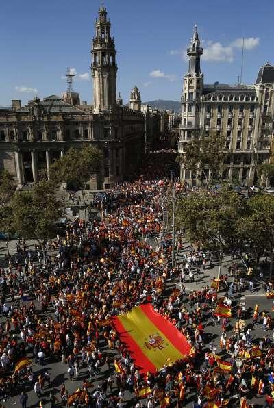反對加泰隆尼亞獨立的民眾8日在巴賽隆納走上街頭抗議。(美聯社)