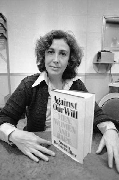 1975年10月,蘇珊.布朗米勒與《違反我們的意願:男人、女人與強暴》合照(AP)