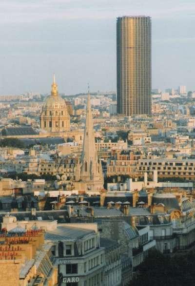 蒙帕納斯大樓和周邊街景格格不入,被市民唾棄,稱做「巴黎的傷疤」。(圖 /Steven Strehl @wikimedia commons)